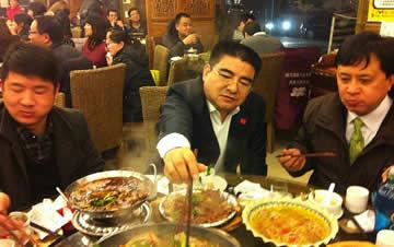 号召节约粮食 陈光标率员工吃酒店剩饭