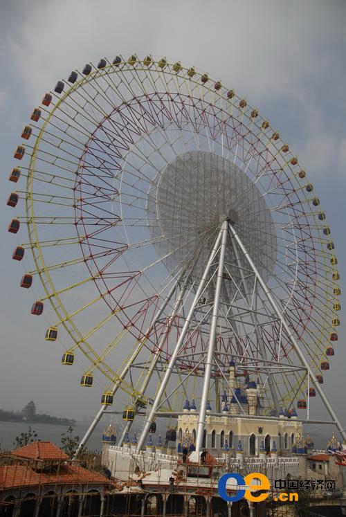 年3月26日,苏州工业园区摩天轮主题公园正在金鸡湖畔加紧安装调