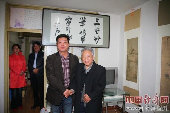 国画大师姚治华(右)与中国周易风水策划研究院顾问邓皓峰(左)合影 中国经济网记者李冬阳摄